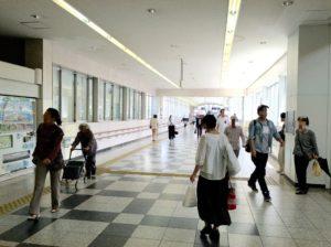 JR尼崎駅北側出口の方に進んでいく写真
